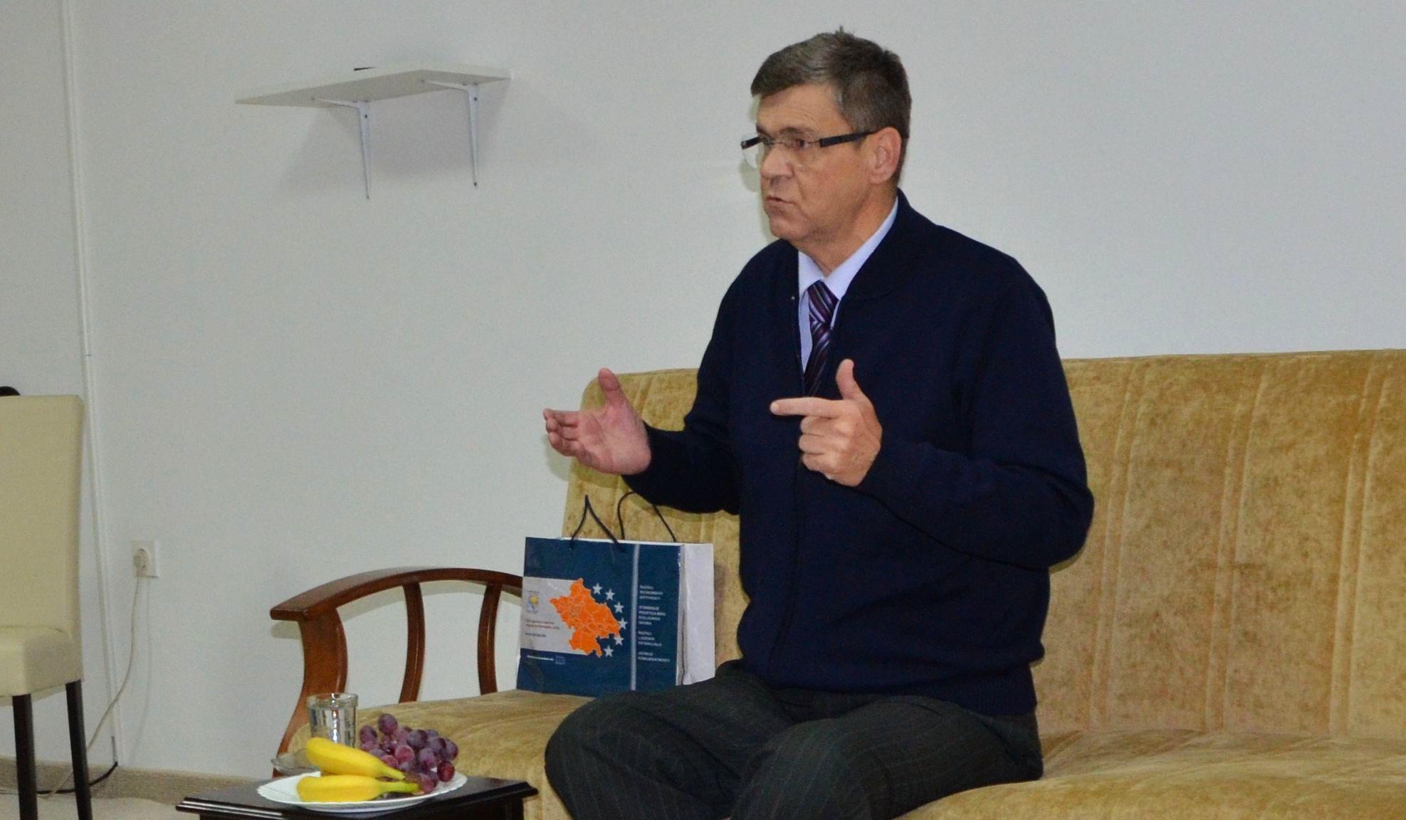 """Prof. dr. Fikret Hadžić tokom predavanja u Uredu Fondacije """"Izvor nade"""" u Nedžarićima"""