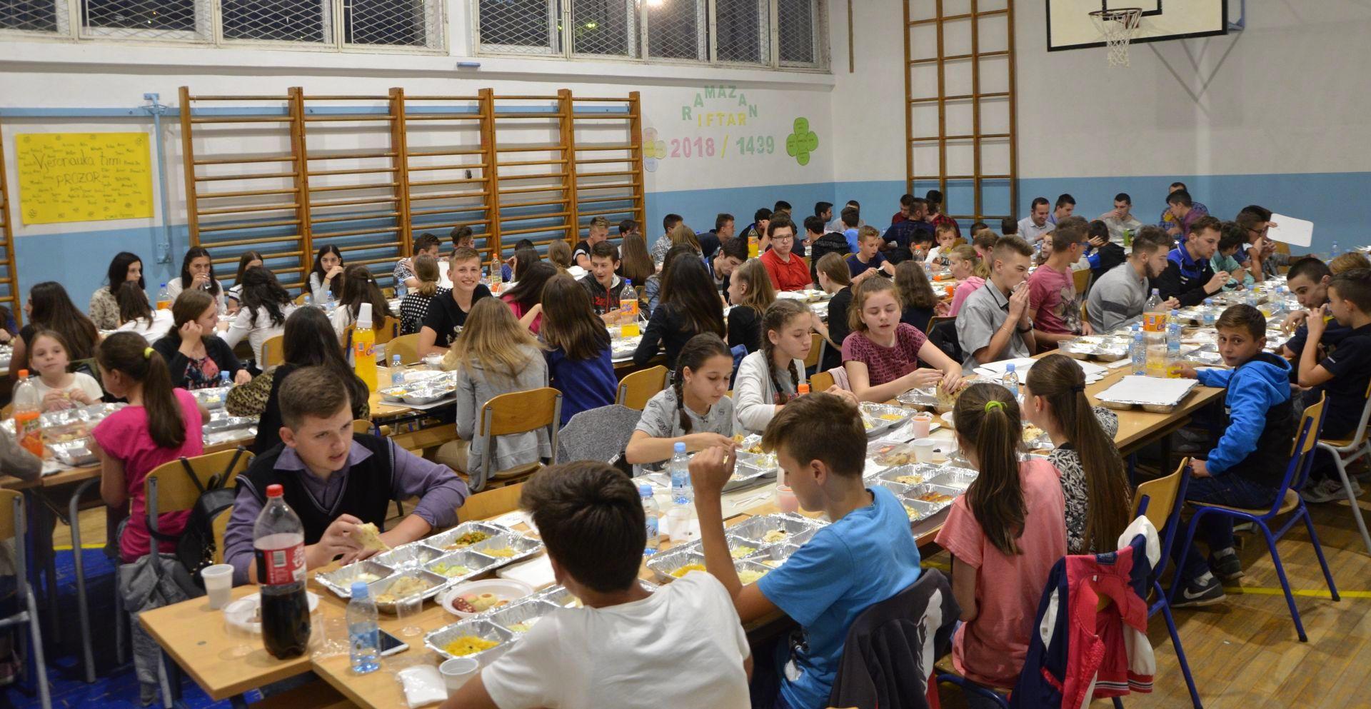 Stipendisti Fondacije organizovali iftar za 100 učenika u Prozoru, 5.6.2018.